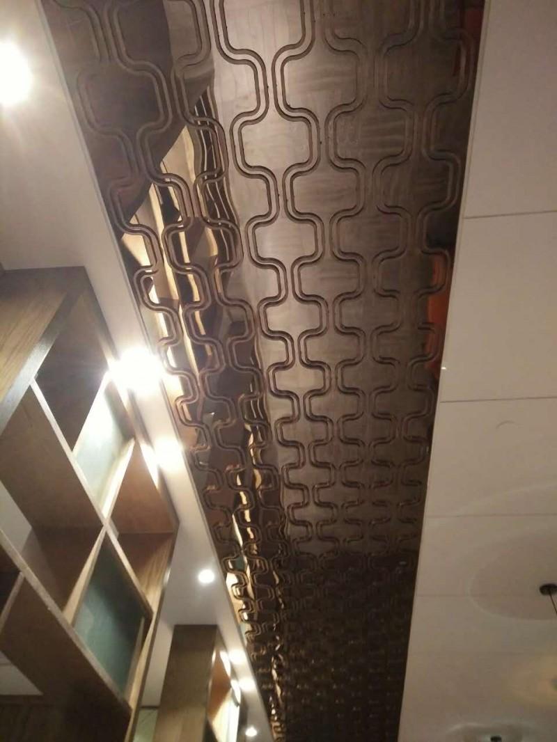 不锈钢集成吊顶主要应用于酒店,会所,ktv等高端休闲场所,设计感强,非标的尺寸和形状凸显酒店的豪华与气派,常用的颜色有玫瑰金,香槟金,土豪金,茶色,青古铜,红古铜等。  莫戈金属是一家专业从事设计、加工、制造、销售、安装为一体的大型不锈钢制品及不锈钢表面真空镀色企业,主营不锈钢屏风,不锈钢隔断,不锈钢门扇。  2013年初,我公司引进国内最先进的多弧离子真空镀膜设备及纳米抗指纹生产流水线,是一流的不锈钢表面处理专家,可以生产出高端品质的不锈钢板材,彩色及纳米抗指纹板材,广泛应用于酒店,别墅,高档住宅,会所