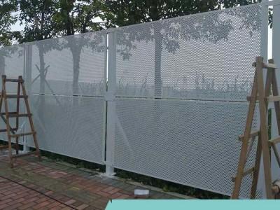 施工现场安全防护网 马路防风冲孔板围挡 新式压孔型金属屏障