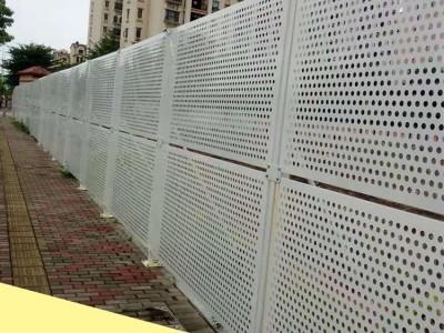 白色洞洞板透风施工围挡 城市规划建设冲孔板围挡 专业抗台风